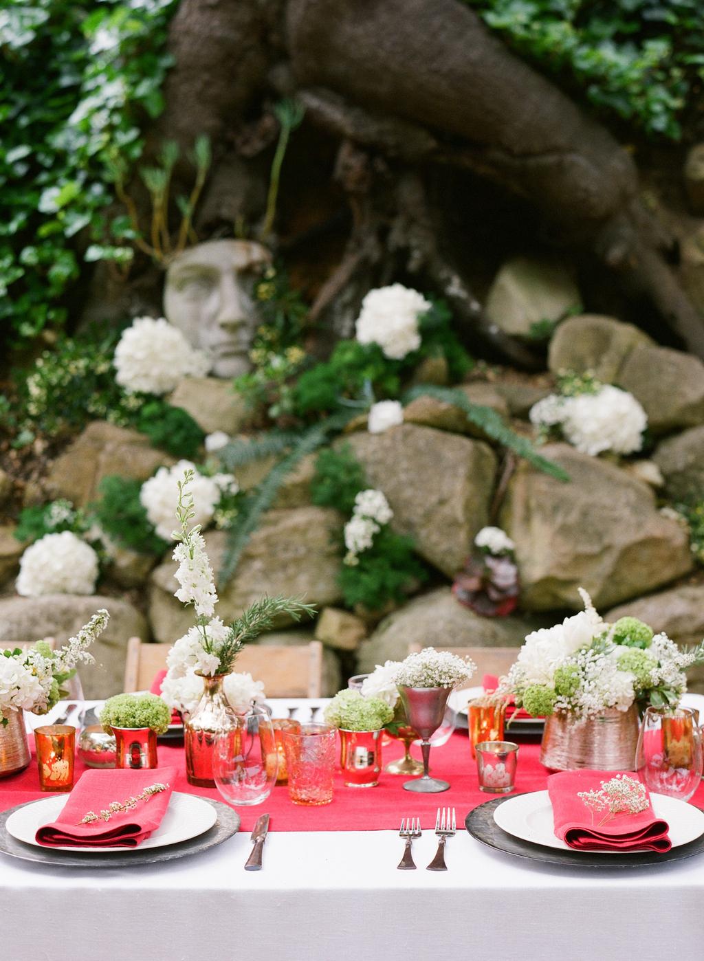 Styled-wedding-santa-barbara-chic-beaux-arts-photographie-italian-bohemian-wedding-venue-table-setting-red-white-flowers-antique-glass-034.full