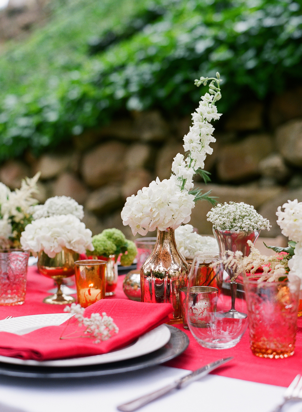 Styled-wedding-santa-barbara-chic-beaux-arts-photographie-italian-bohemian-wedding-venue-table-setting-red-white-flowers-antique-glass-035.full