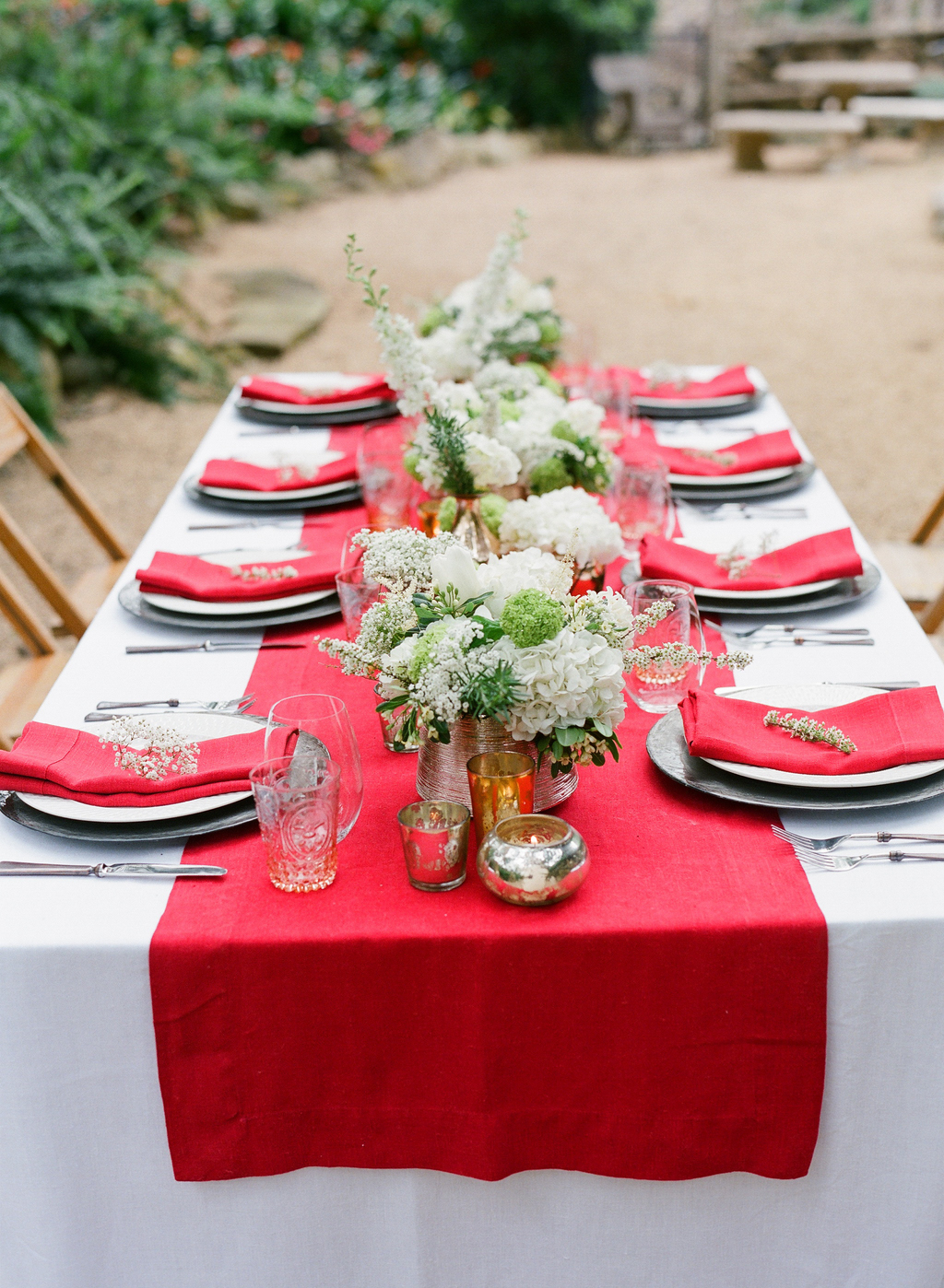 Styled-wedding-santa-barbara-chic-beaux-arts-photographie-italian-bohemian-wedding-venue-table-setting-red-white-flowers-antique-glass-061.full