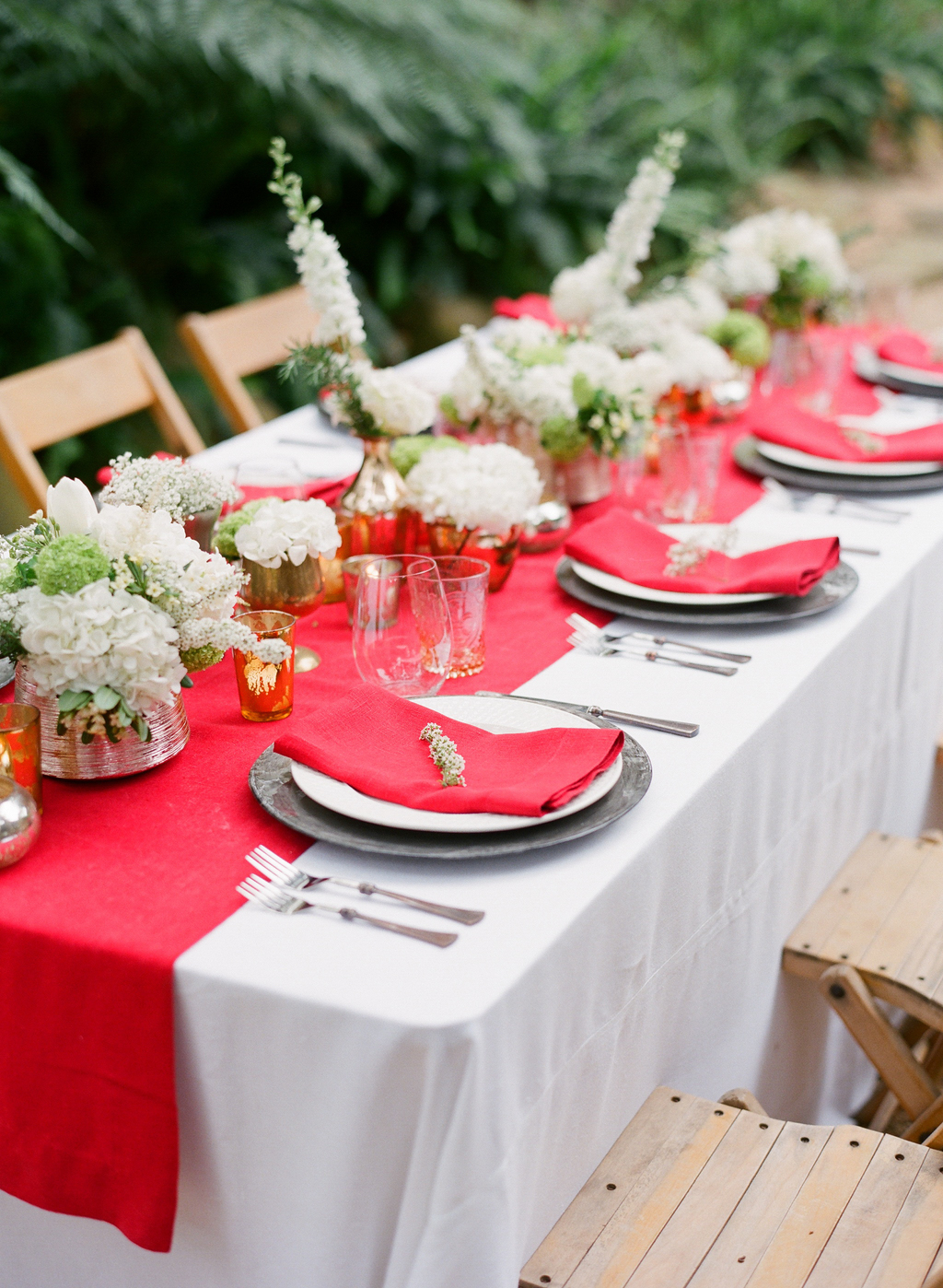Styled-wedding-santa-barbara-chic-beaux-arts-photographie-italian-bohemian-wedding-venue-table-setting-red-white-flowers-antique-glass-063.full