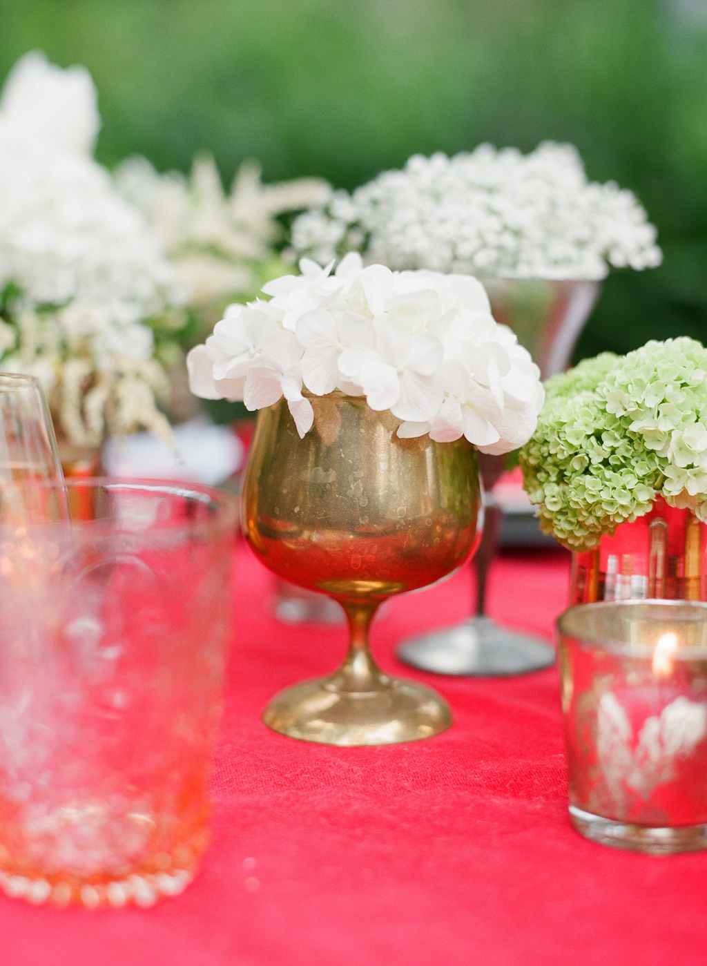 Styled-wedding-santa-barbara-chic-beaux-arts-photographie-italian-bohemian-wedding-venue-table-setting-red-white-flowers-antique-glass-065.full