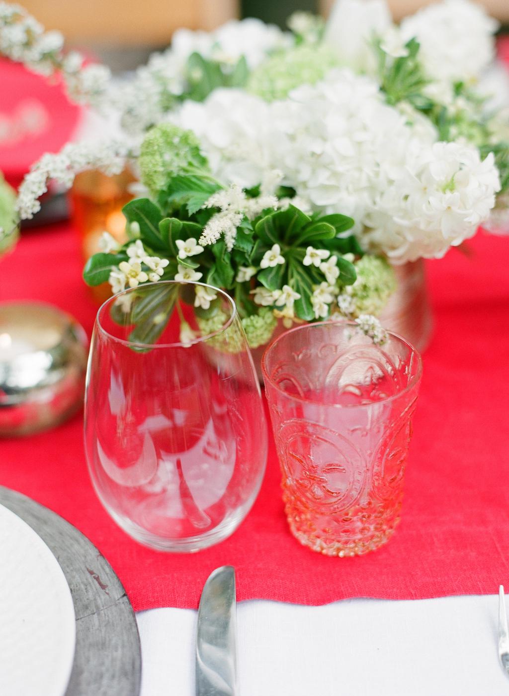 Styled-wedding-santa-barbara-chic-beaux-arts-photographie-italian-bohemian-wedding-venue-table-setting-red-white-flowers-antique-glass-066.full