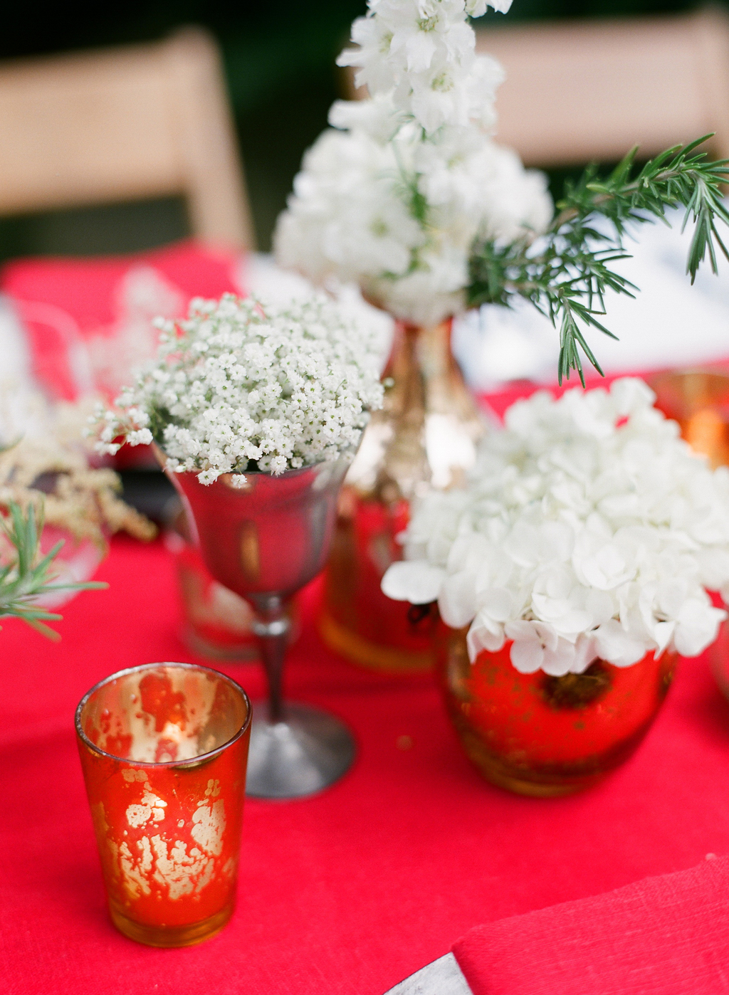 Styled-wedding-santa-barbara-chic-beaux-arts-photographie-italian-bohemian-wedding-venue-table-setting-red-white-flowers-antique-glass-067.full