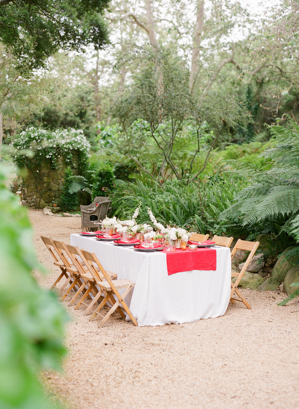 Styled-wedding-santa-barbara-chic-beaux-arts-photographie-italian-bohemian-wedding-venue-table-setting-red-white-flowers-antique-glass-068.full