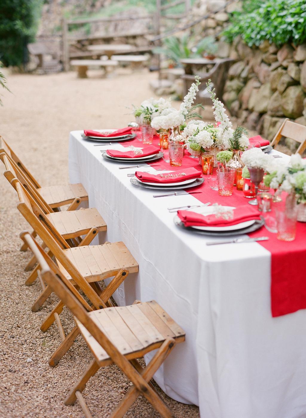 Styled-wedding-santa-barbara-chic-beaux-arts-photographie-italian-bohemian-wedding-venue-table-setting-red-white-flowers-antique-glass-069.full