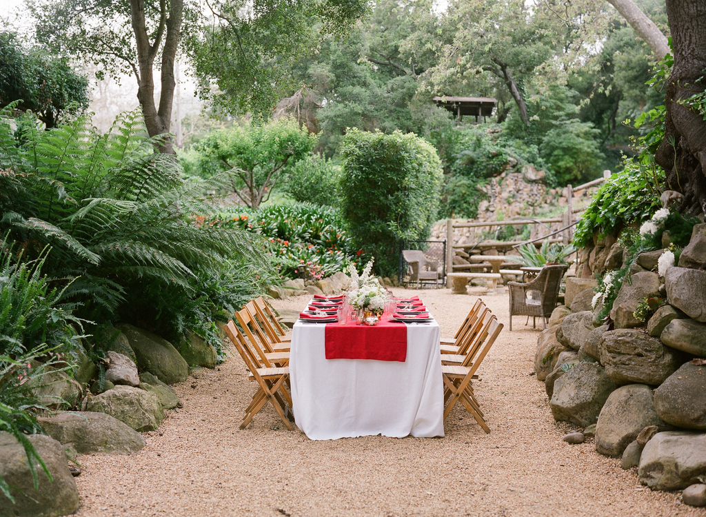 Styled-wedding-santa-barbara-chic-beaux-arts-photographie-italian-bohemian-wedding-venue-table-setting-red-white-flowers-antique-glass-093.full