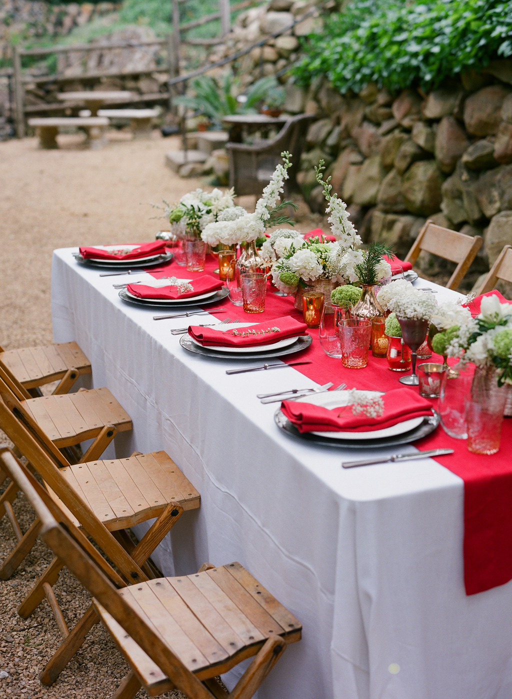 Styled-wedding-santa-barbara-chic-beaux-arts-photographie-italian-bohemian-wedding-venue-table-setting-red-white-flowers-antique-glass-094.full