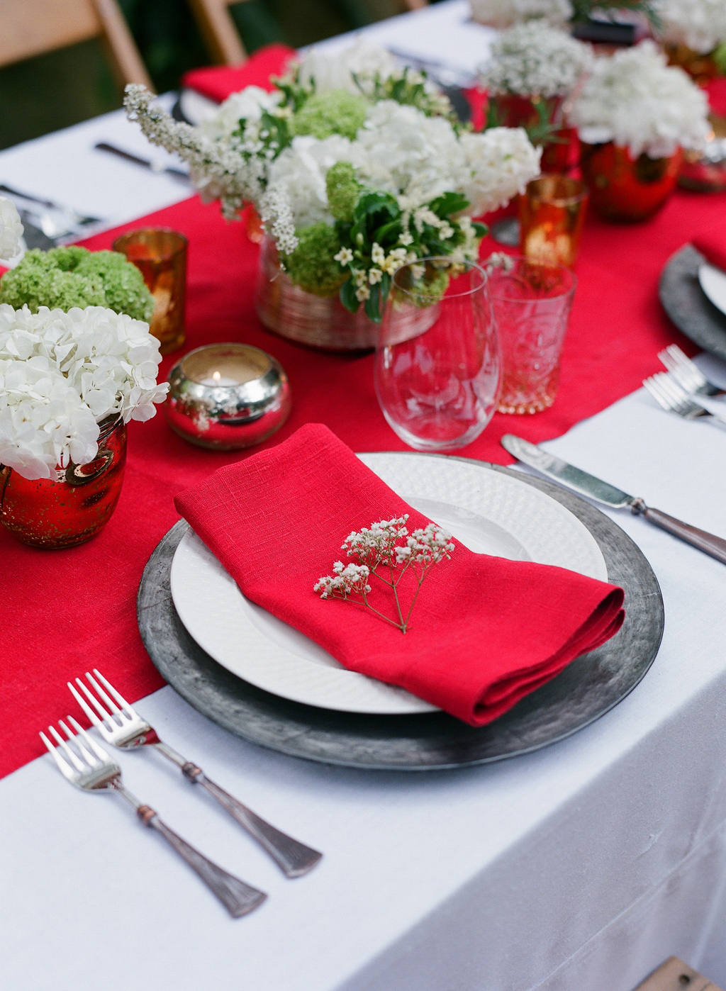 Styled-wedding-santa-barbara-chic-beaux-arts-photographie-italian-bohemian-wedding-venue-table-setting-red-white-flowers-antique-glass-095.full