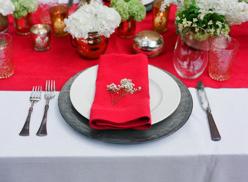 Styled-wedding-santa-barbara-chic-beaux-arts-photographie-italian-bohemian-wedding-venue-table-setting-red-white-flowers-antique-glass-096.full
