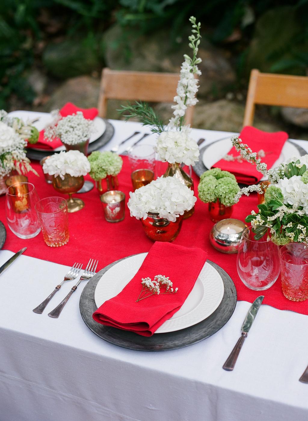 Styled-wedding-santa-barbara-chic-beaux-arts-photographie-italian-bohemian-wedding-venue-table-setting-red-white-flowers-antique-glass-097.full