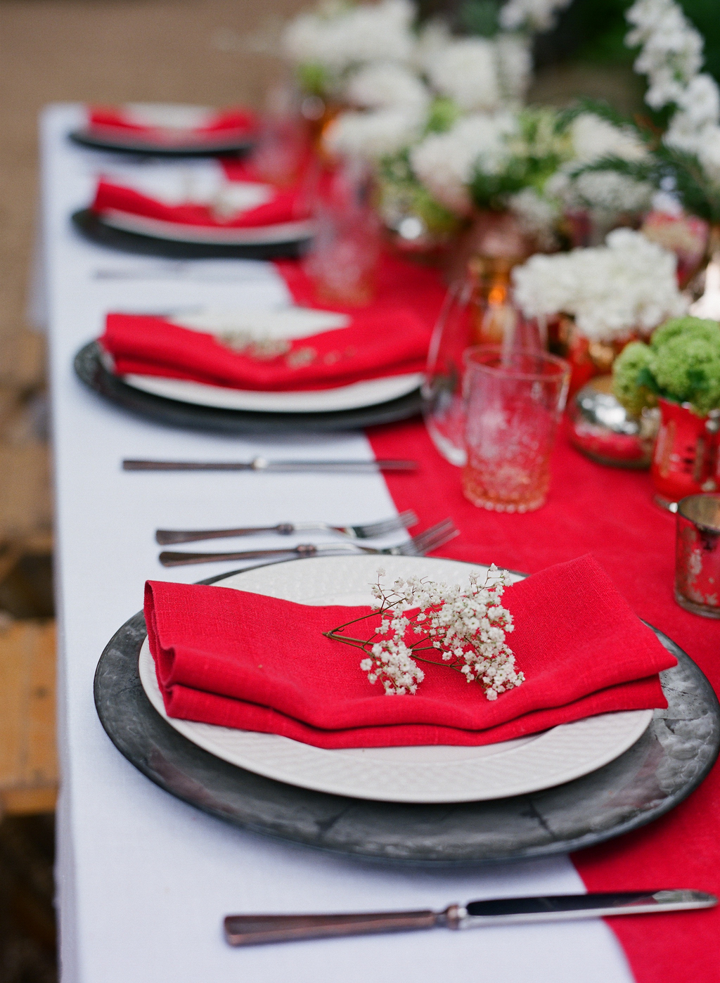 Styled-wedding-santa-barbara-chic-beaux-arts-photographie-italian-bohemian-wedding-venue-table-setting-red-white-flowers-antique-glass-098.full