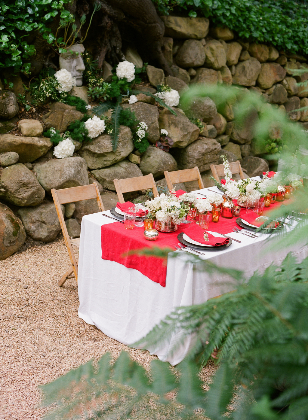 Styled-wedding-santa-barbara-chic-beaux-arts-photographie-italian-bohemian-wedding-venue-table-setting-red-white-flowers-antique-glass-101.full