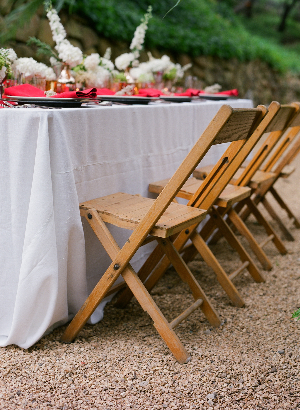 Styled-wedding-santa-barbara-chic-beaux-arts-photographie-italian-bohemian-wedding-venue-table-setting-red-white-flowers-wood-chairs-%20099.full