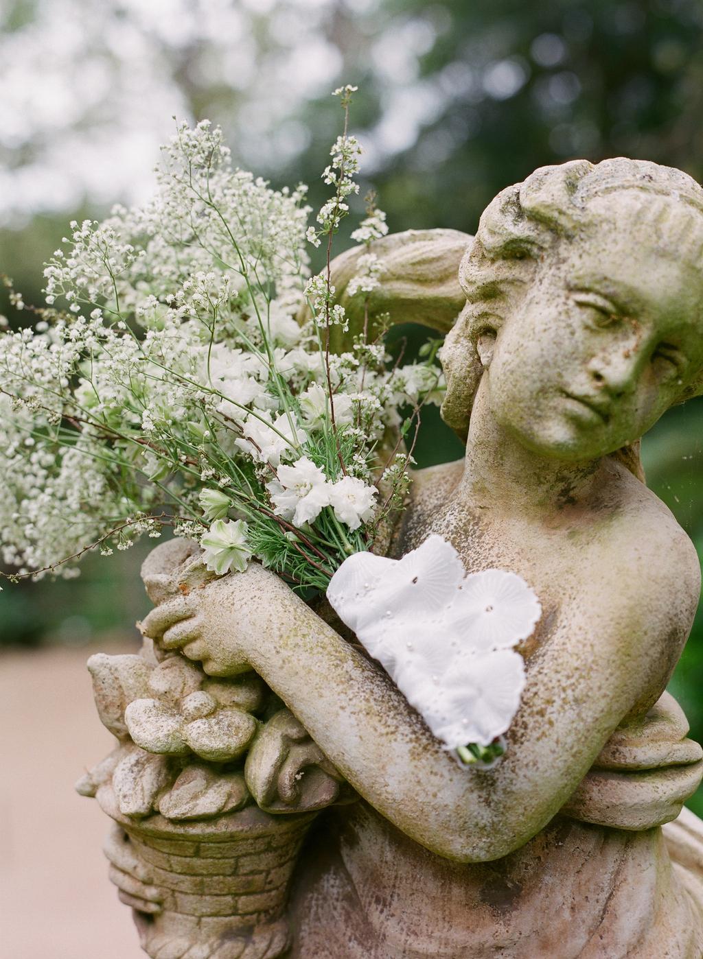 Styled-wedding-santa-barbara-chic-beaux-arts-photographie-italian-bohemian-wedding-venue-garden-flowers-white-bouquet-024.full