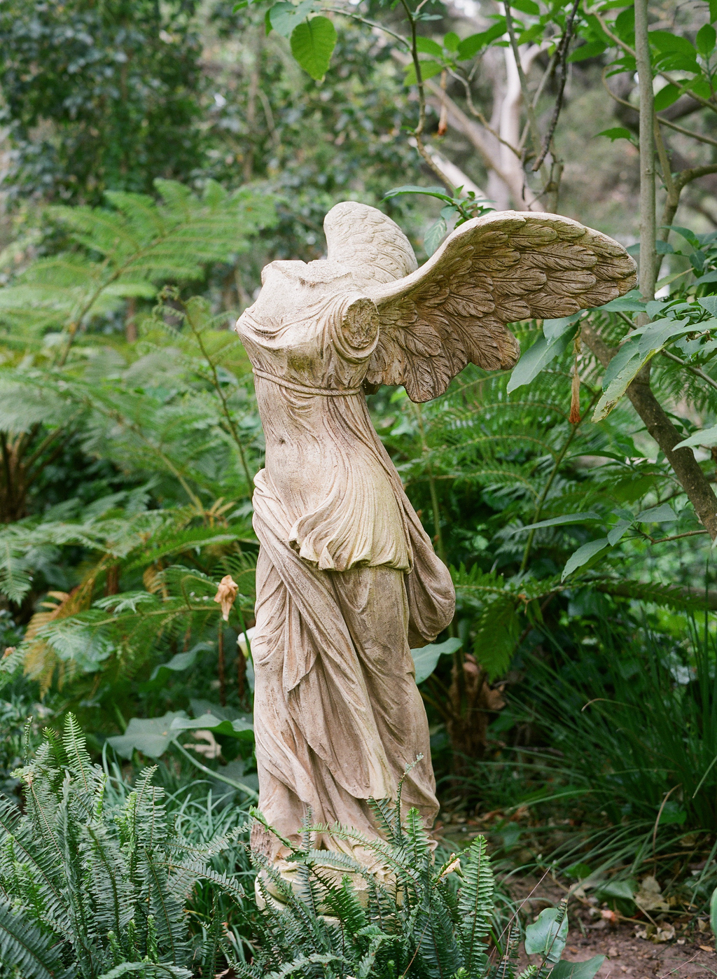Styled-wedding-santa-barbara-chic-beaux-arts-photographie-italian-bohemian-wedding-venue-garden-statue-016.full