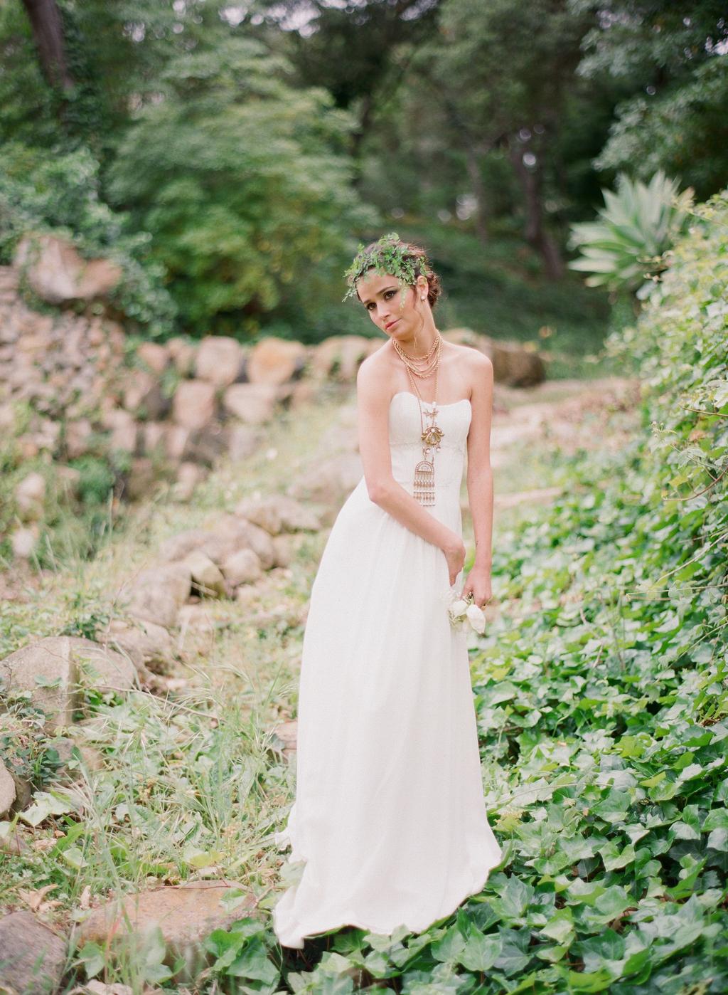 Styled-wedding-santa-barbara-chic-beaux-arts-photographie-italian-bohemian-wedding-bride-wedding-dress-white-flowers-bouquet-037.full