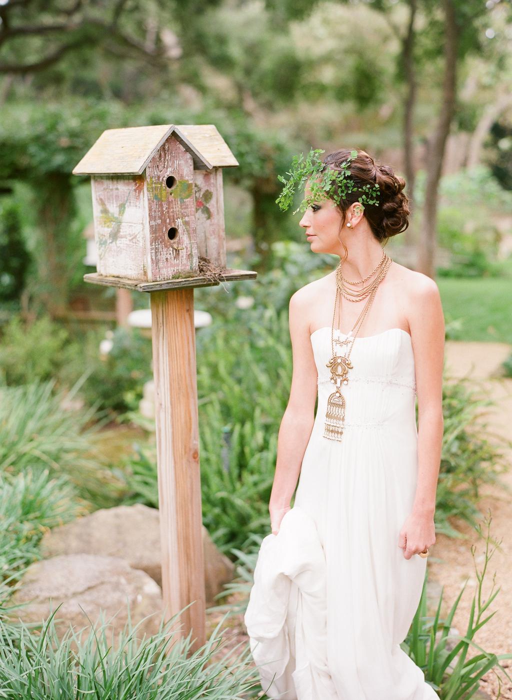 Styled-wedding-santa-barbara-chic-beaux-arts-photographie-italian-bohemian-wedding-bride-wedding-dress-white-flowers-bouquet-070.full