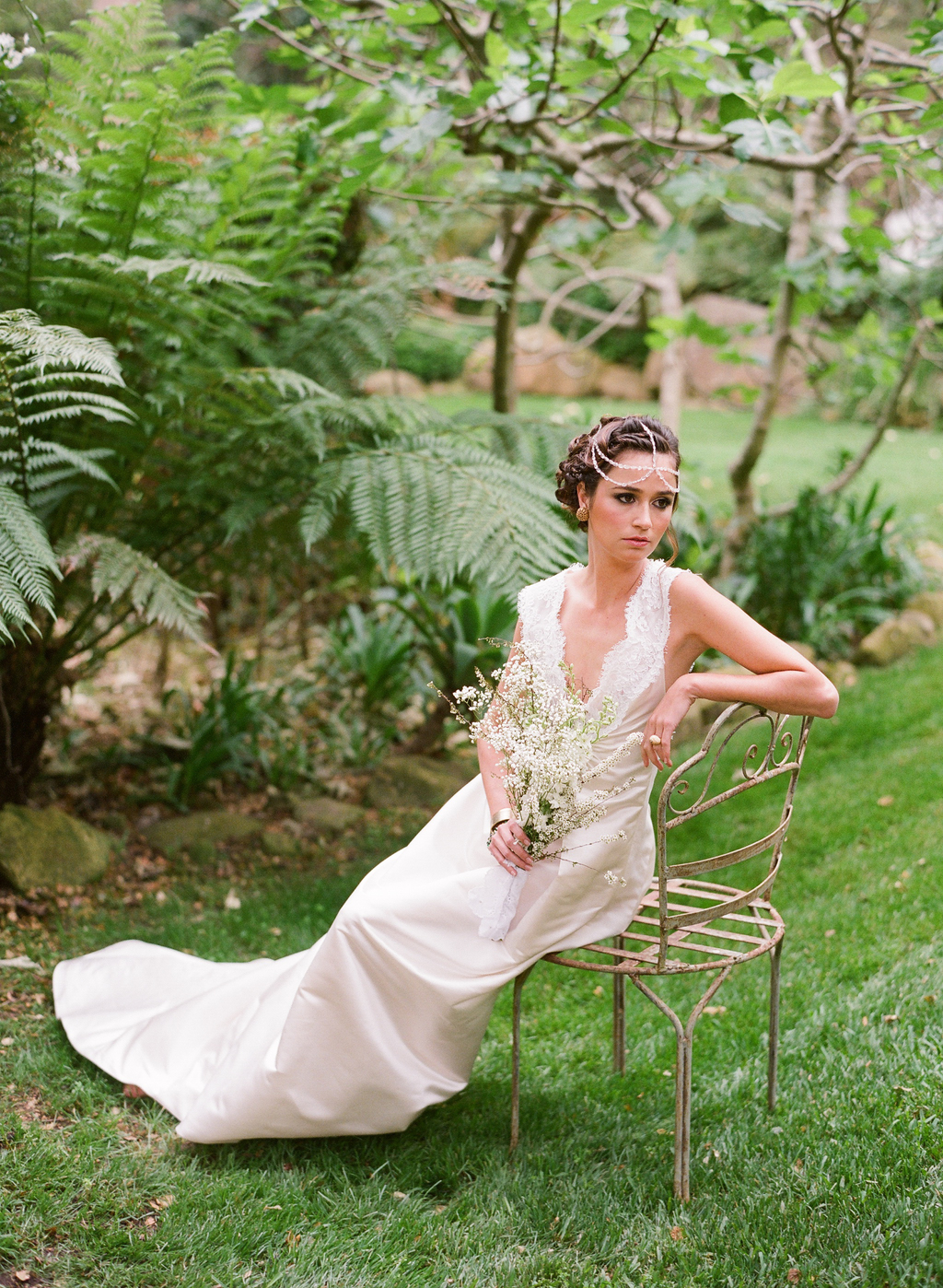 Styled-wedding-santa-barbara-chic-beaux-arts-photographie-italian-bohemian-wedding-bride-wedding-dress-lace-white-flowers-bouquet-031.full