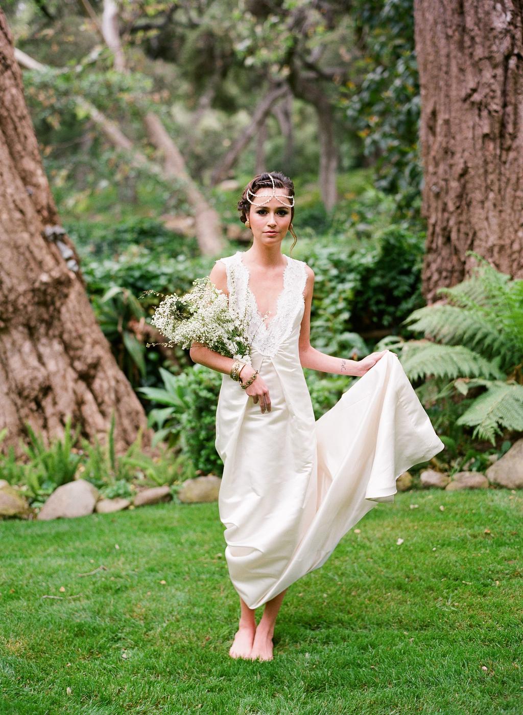 Styled-wedding-santa-barbara-chic-beaux-arts-photographie-italian-bohemian-wedding-bride-wedding-dress-lace-white-flowers-bouquet-048.full