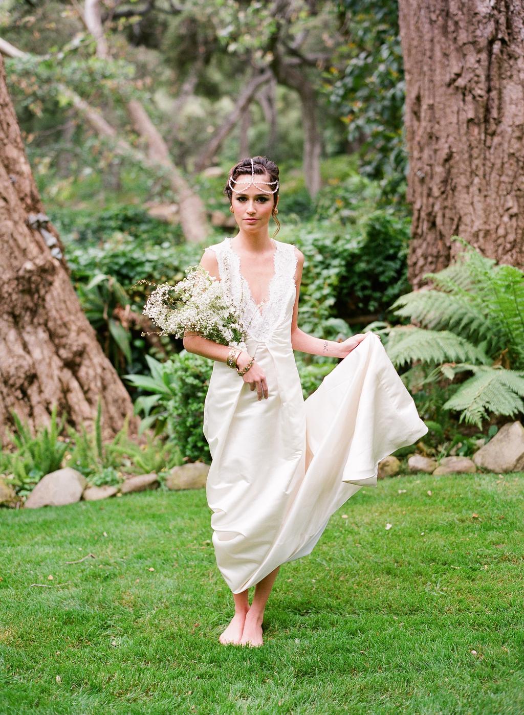 Styled-wedding-santa-barbara-chic-beaux-arts-photographie-italian-bohemian-wedding-bride-wedding-dress-lace-white-flowers-bouquet-050.full