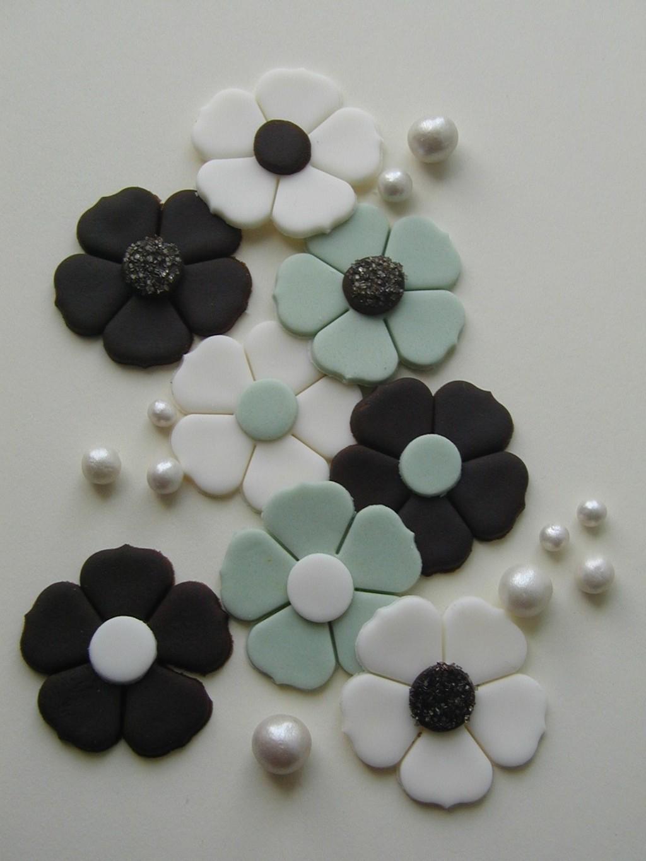 Fondant-wedding-finds-to-add-sweetness-to-handmade-weddings-cake-flowers-black-white-aqua.full
