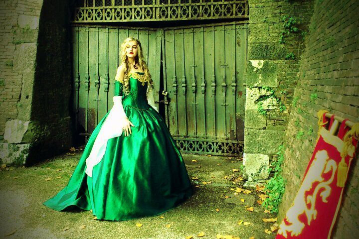 Gothic-wedding-style-handmade-bridal-gowns-in-bold-colors-green.full