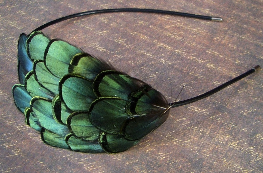Emerald-green-for-elegant-fall-weddings-feather-headband.full